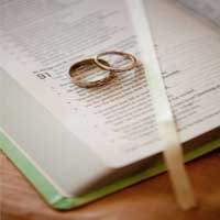 matrimonio-anillos-biblia-abierta